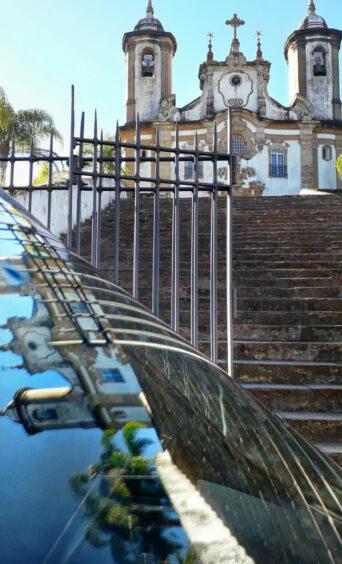 FOTO CLICK DE OURO, VENCEDORA DA EXPOSIÇÃO MEU CARTÃO POSTAL DE OURO PRETO Patrimônio refletido - Autora: Thais Andressa